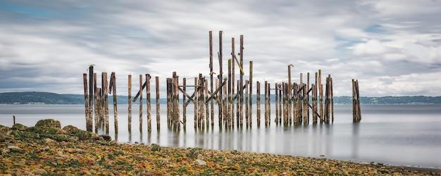 Vecchio porto in riva al mare