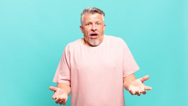 Старик-старший с открытым ртом изумлен, потрясен и изумлен невероятным сюрпризом