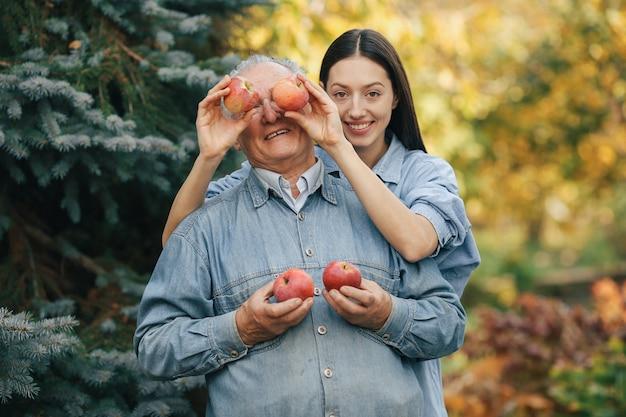 Старшее старшее положение в летнем саду с яблоками