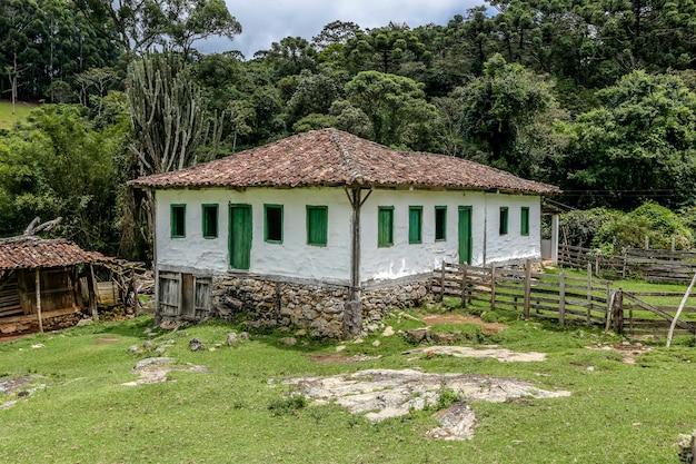 緑の風景の中の古い入植者の家 Premium写真