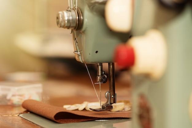 오래 된 재봉틀 및 의류 클로즈업의 항목