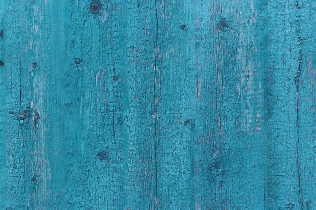 ひびの入った青いペンキコピースペースデザインやテキスト、水平方向の古いぼろぼろの木製のドア
