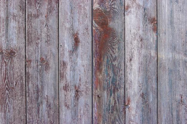 ひびの入った茶色の塗料、農村部の田舎の面と古いぼろぼろの木板