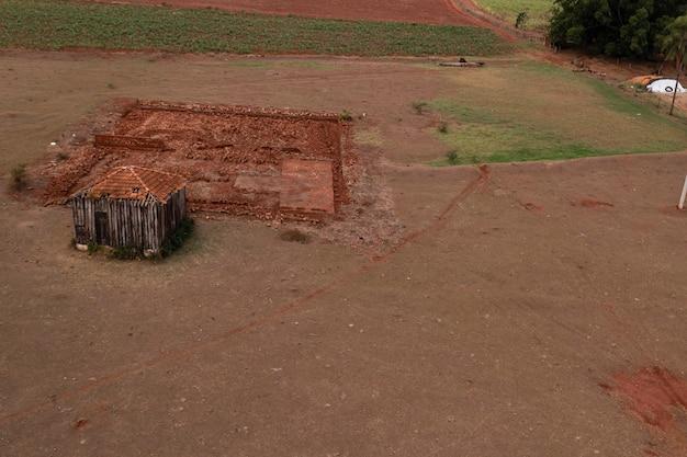 농산물을 저장하는 데 사용되는 나무로 만든 오래된 창고.