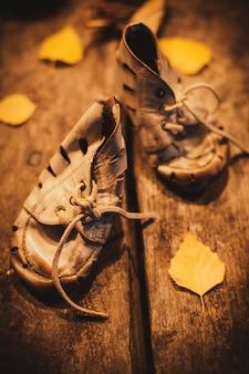 貧しい子供のための古い靴