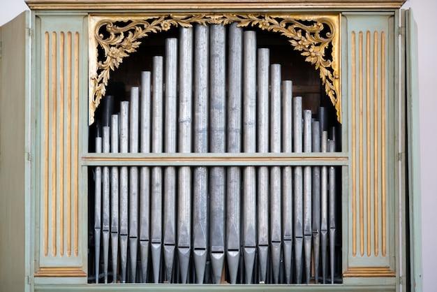 성스러운 음악을 연주하는 데 사용되는 교회의 오래된 은색 오르간 파이프.