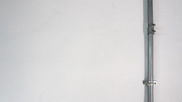 Старая серебряная стальная труба и белая стена текстуры и тень.