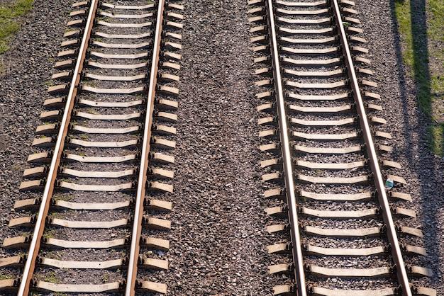 電車がまだ乗っている古い少しさびた線路
