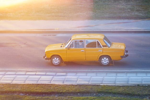 Старый советский автомобиль в лучах заката