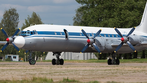 Старый советский гражданский пропеллерный авиалайнер