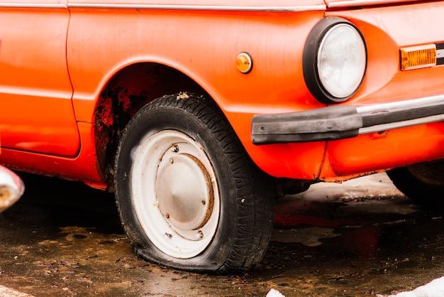 야외에서 오래 된 소련 복고풍 빈티지 자동차. 소비에트 시대의 자동차 행.