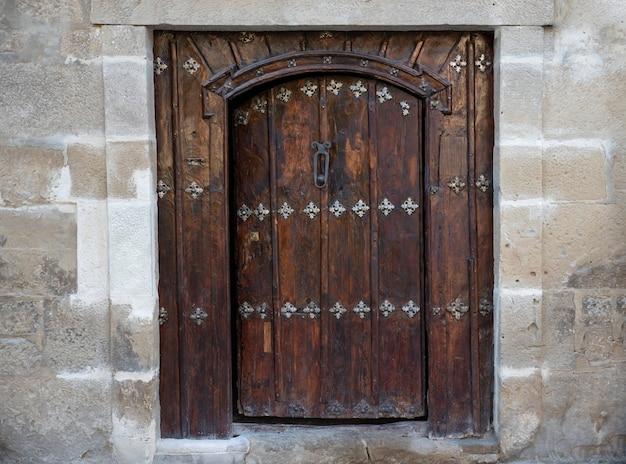 오래 된 스페인 교회 입구 문