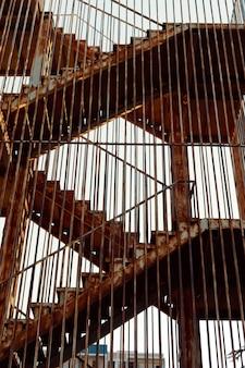Старые лестницы и ржавые перила направляются к небу