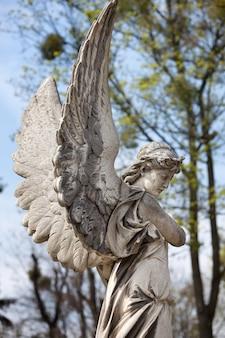 Старая статуя на могиле на лычаковском кладбище львова, украина.