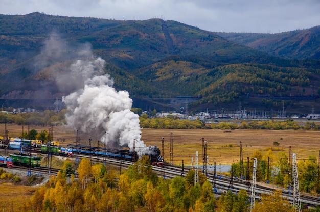 秋の煙と周バイカル鉄道の古い蒸気機関車