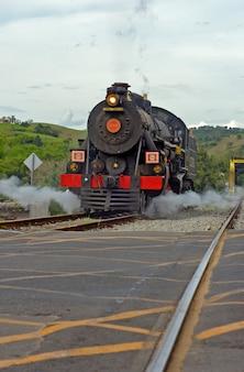 グアラレマ市の観光散歩に古い蒸気機関車