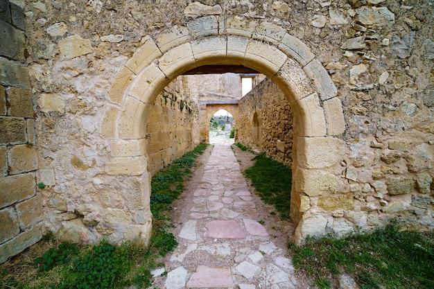 古い石のドアと中世の建築の窓。石の背景。スペイン。