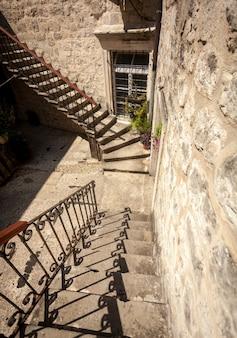 고 대 집 뒷마당에서 오래 된 돌 이중 계단