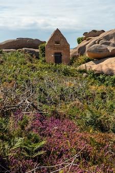 フランス、ブルターニュのコートダモール、ペロスギレックの町にあるプルマナッコ港の灯台ミーンルス沿いに住む古い石。