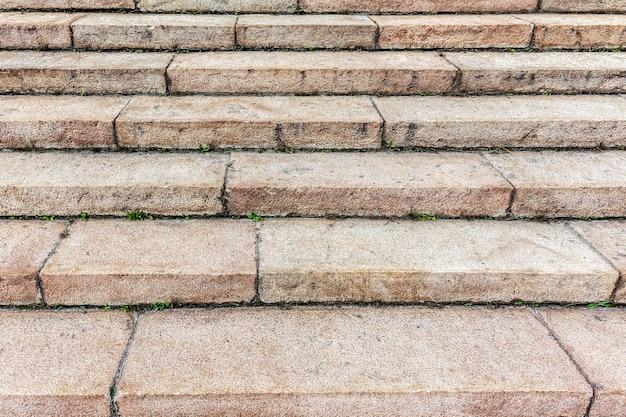 화강암 블록으로 만든 계단이 있는 오래된 돌 계단