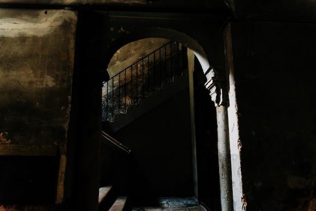 바리, 이탈리아의 오래 된 부분에서 차가 건물의 어두운 안마당에서 오래 된 돌 계단.