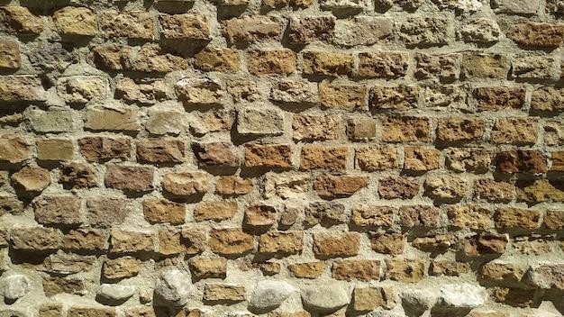 日光の下の古い石の壁-背景や壁紙の素敵な写真