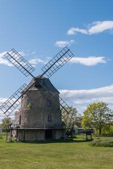섬 oland, 스웨덴에 오래 된 돌 풍차