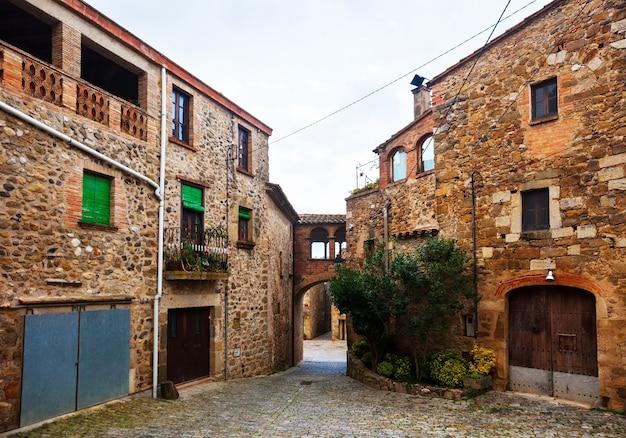 Vecchia strada nel villaggio catalano. pubol