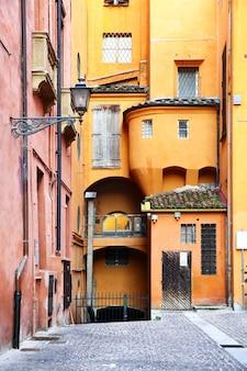 Старая улица в болонье, италия
