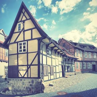 Старая улица в кведлинбурге, германия. фильтрованное изображение в стиле ретро
