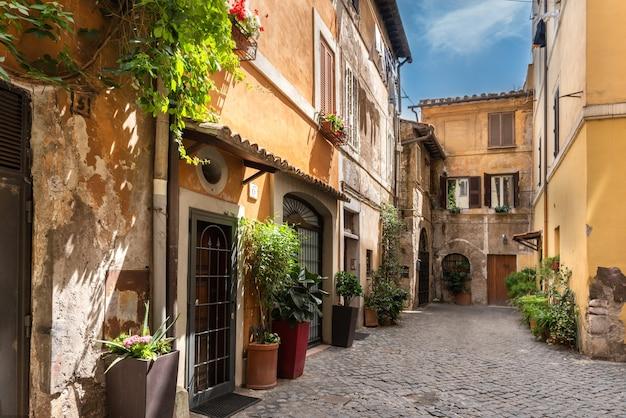Старая улица в районе трастевере в риме, италия