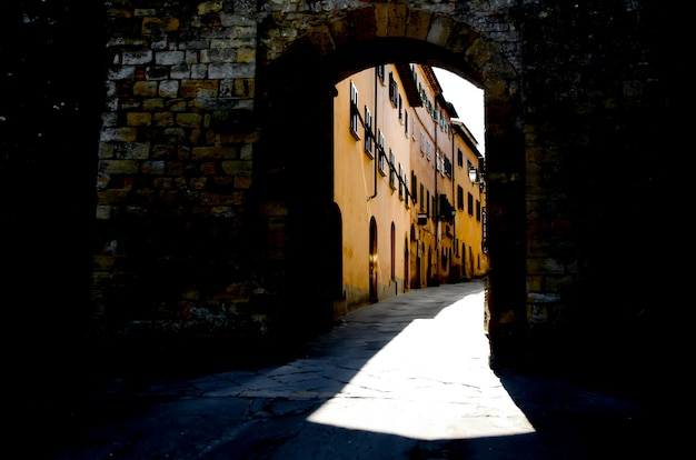 イタリアのトスカーナのコッレヴァルエルザ村につながる古い通り