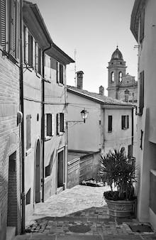 Old street in santarcangelo di romagna town in rinini province, emilia-romagna, italy. italian scene, black and white photography