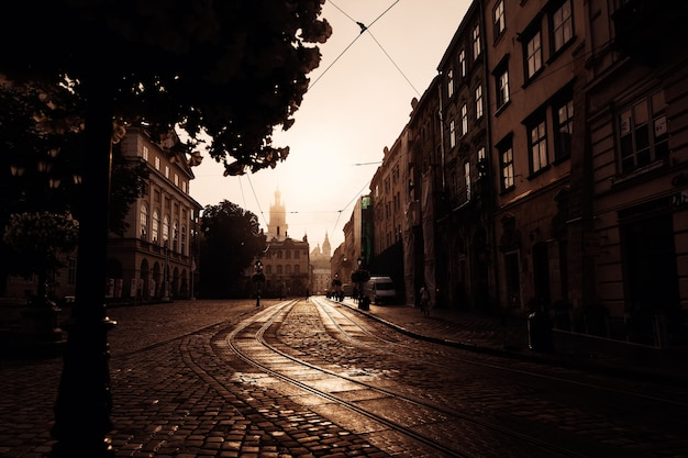 아름 다운 도시 lviv, 우크라이나를 통해 포장 및 일출 오래 된 거리
