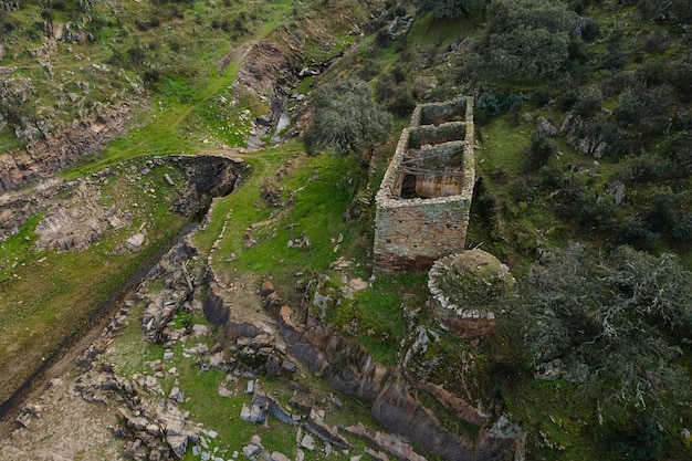 Pescueza 근처에 작은 다리가있는 오래된 구조물. extremadura. 스페인.