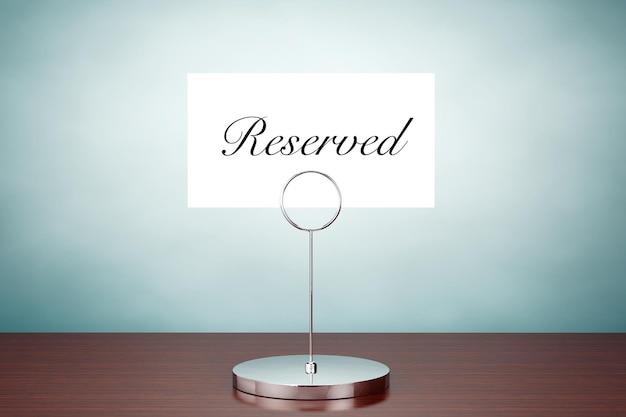 올드 스타일 사진. 테이블에 예약 표시가 있는 메모지 카드 홀더