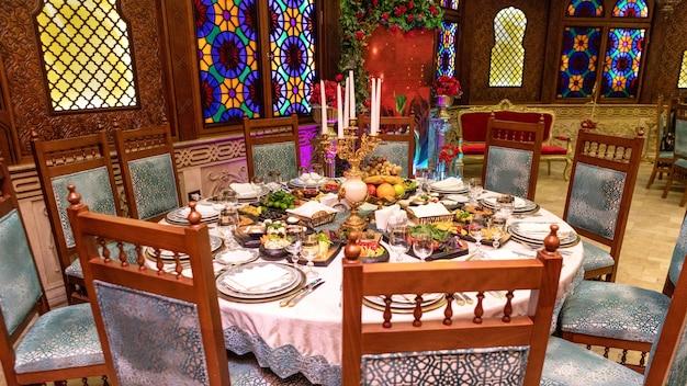 古いスタイルのレストランの食事のテーブル