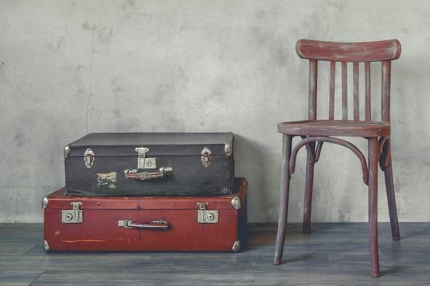 古いスーツケースと木製の椅子