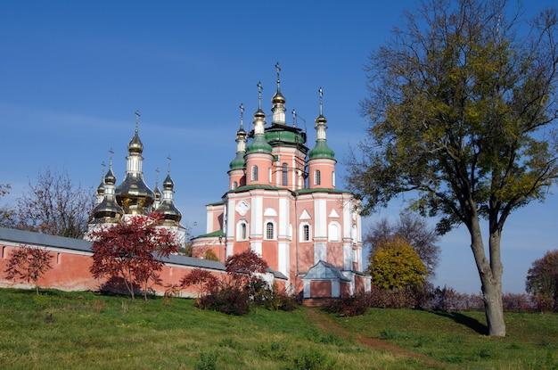 Gustynya의 푸른 하늘을 배경으로 하는 오래된 sviato-troitskyi 수도원. 체르니히프 지역. 우크라이나. 가로 야외 촬영.