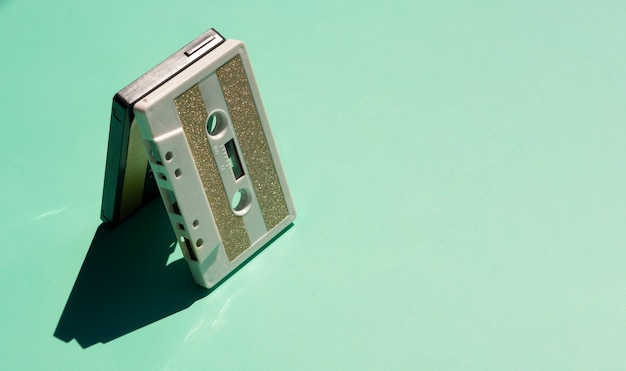 복사 공간와 녹색 배경에 오래 된 테이프