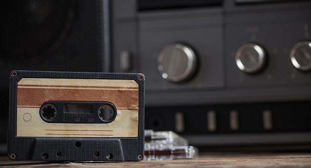 오래 된 테이프 레코더와 카세트 나무 테이블에