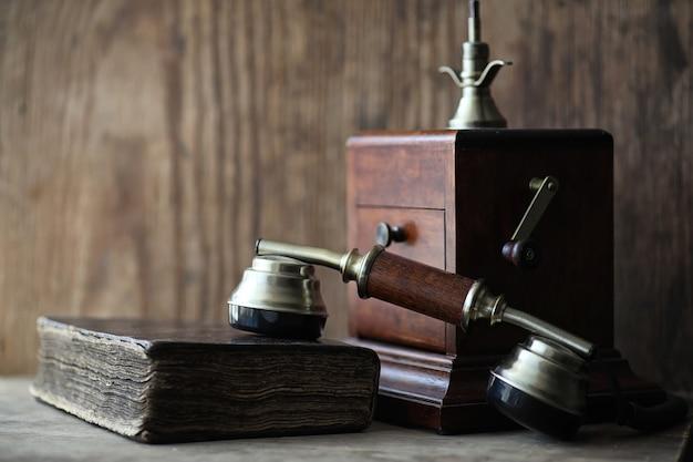 古い電話と木製のテーブルのレトロな本