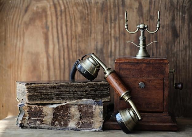 나무 테이블에 오래 된 전화와 복고풍 책