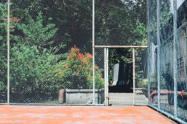 朝の古いテニスコート