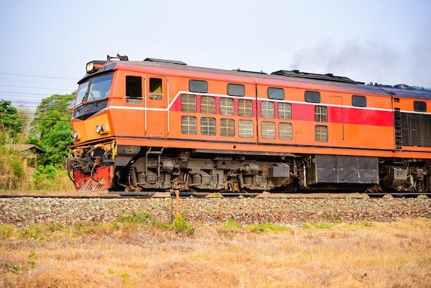 기차 선로에서 승객을 태울 수있는 오래된 태국 식 기차