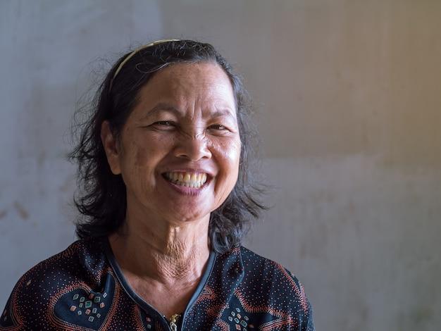 Старая тайская женщина улыбается усмешка