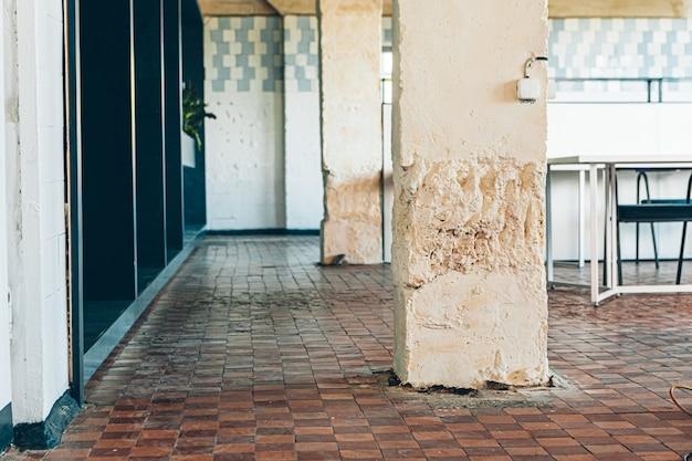 モダンなロフトのインテリアで使用される古いタイル張りの壁