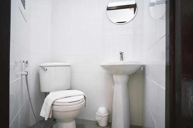 Старая туалетная комната квартиры или небольшой отель с флеш-туалетом