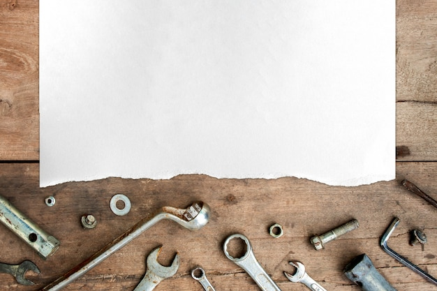 Старые инструменты и белая бумага на фоне деревянного пола