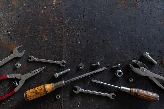 Старые инструменты на фоне черного деревянного пола
